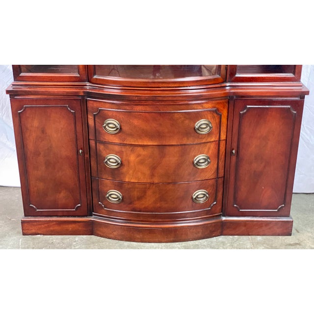 Metal Vintage Drexel Curved Glass Mahogany Georgian Style China / Display Cabinet For Sale - Image 7 of 11