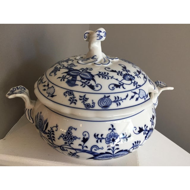 Asian 1920s Chinoiserie Bohemia D Zwiebelmuster Covered Tureen For Sale - Image 3 of 12