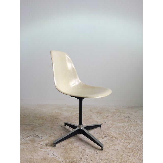 Offered is an Eames armless swivel chair. Off white plastic shell seat, four star chrome base with glides.