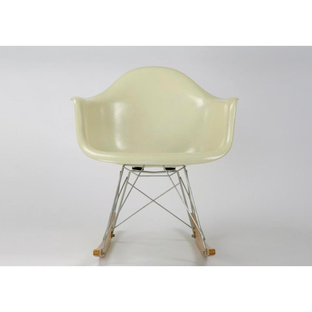 This is an Eames rocking chair with a RAR base in Parchment. This example is from the late 1950s, early 1960s based on the...