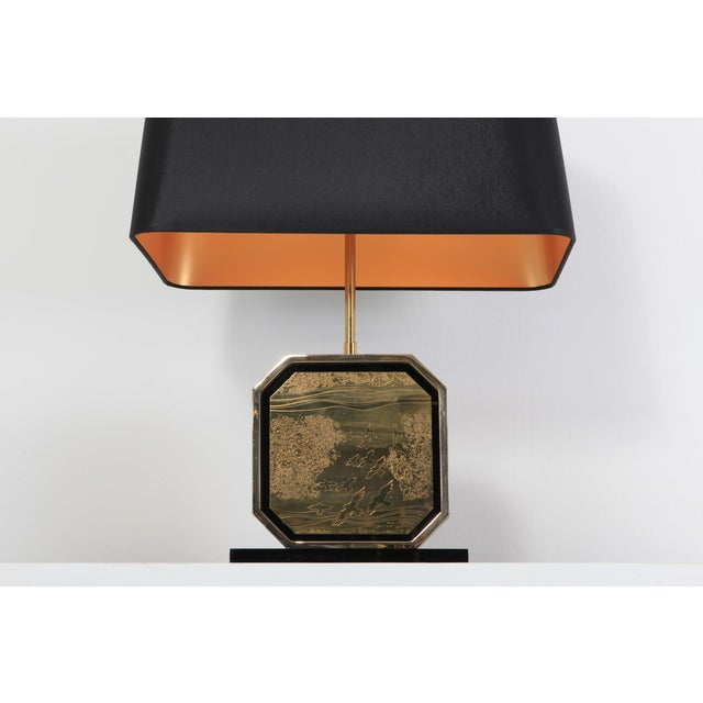 Hollywood Regency Table Lamp in 24-Karat Gold and Brass Etched Artwork by Maho For Sale - Image 9 of 10