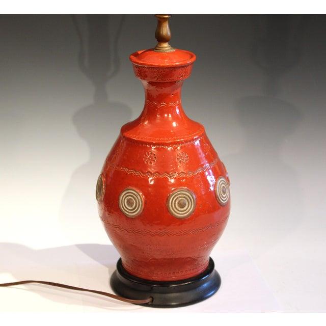 Zaccagnini Italian Rimini Raymor Mid-Century Modern Pottery Zaccagnini Red Orange Lamp For Sale - Image 4 of 11