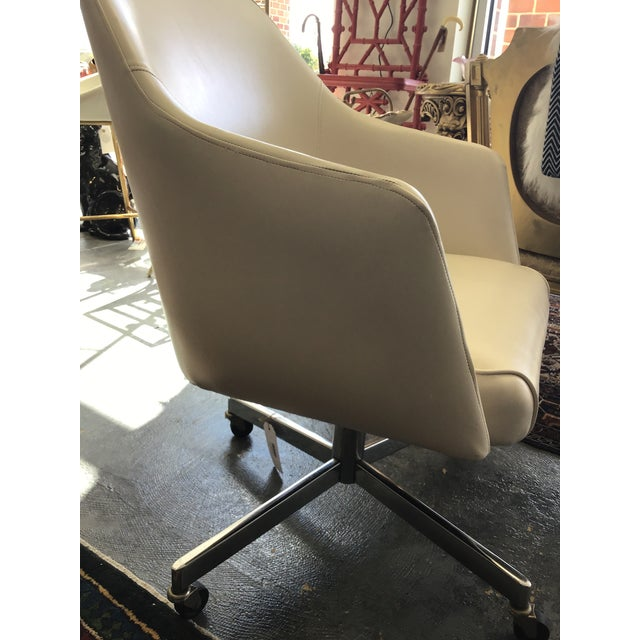 Mid Century Modern Ivory Vinyl Swivel Chair 1977 Adjustable Height For Sale - Image 4 of 13