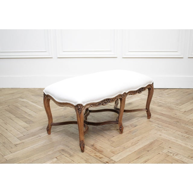 Mid 20th Century Antique French Louis XV Style Bench Upholstered in Irish Linen For Sale In Los Angeles - Image 6 of 12