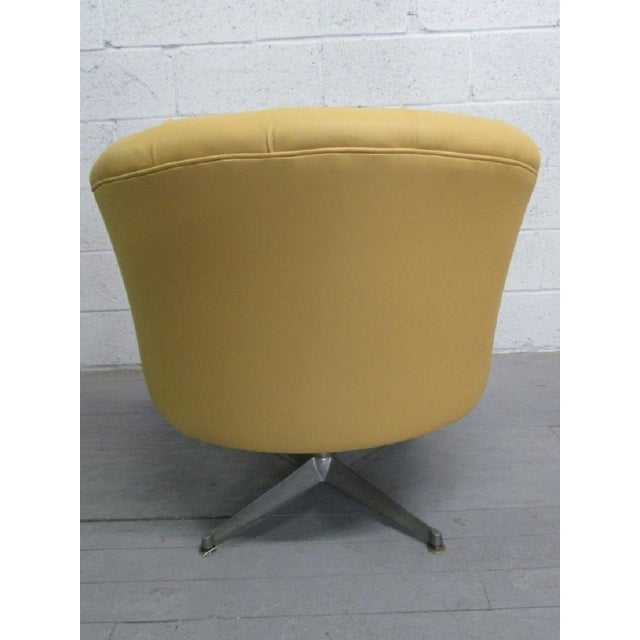 Mid-Century Modern Pair of Ward Bennett Leather Swivel Lounge Chairs For Sale - Image 3 of 5