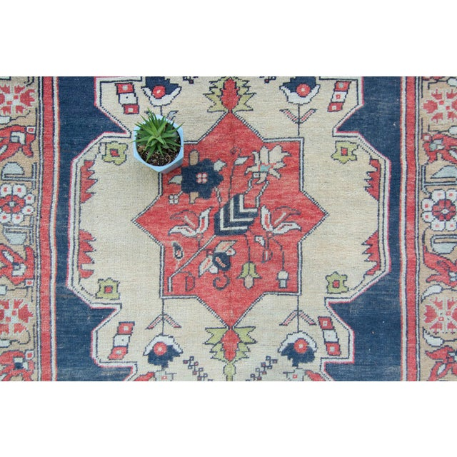 "Blue House of Séance - 1950s Vintage Anatolian Floral Medallion Oushak Eregli Wool Hand-Knotted Rug - 4'3.5"" X 7'10"" For Sale - Image 8 of 11"