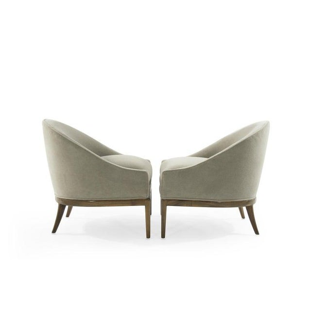 Set of lounge chairs in the style of T.H. Robsjohn-Gibbings for Widdicomb, circa 1950s. Newly upholstered in natural...