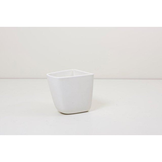 Pair of Malcolm Leland planters for architectural pottery in matte white glaze in very good condition, USA, 1960s.