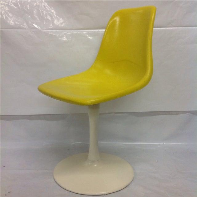 Mid-Century Modern Saarinen-Style Fiberglass Tulip Chair For Sale - Image 3 of 4
