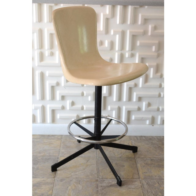 Midcentury modern, fiber glass shell bar stool. Counter height. ivory/off white color. Has foot rest and a seat that...