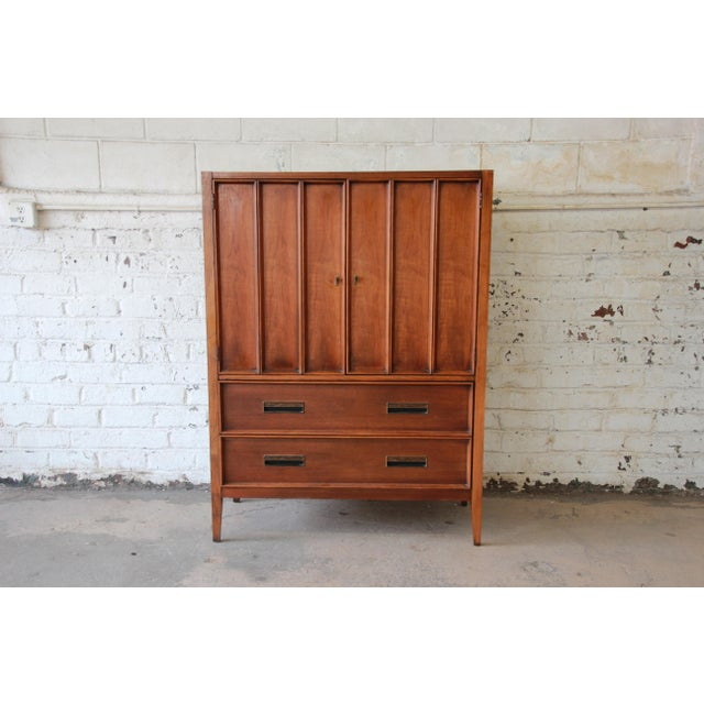 Offering a very nice mid-century modern gentlemen's chest by Drexel. The chest is part of the Paragon line and is made...
