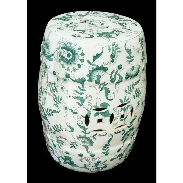 Lovely green and white Chinese porcelain barrel-form garden stool and side table, 20th c.. The stool features pierced...