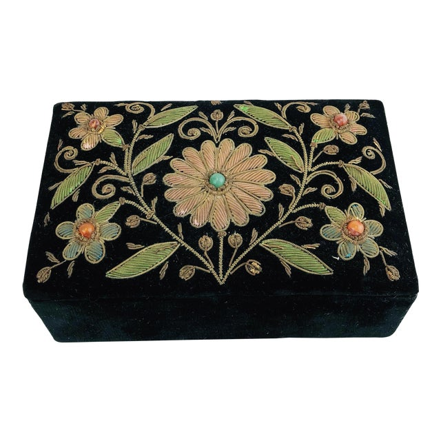 Early 20th Century Antique Zardozi Floral Embroidered Jewelry Trinket Box For Sale