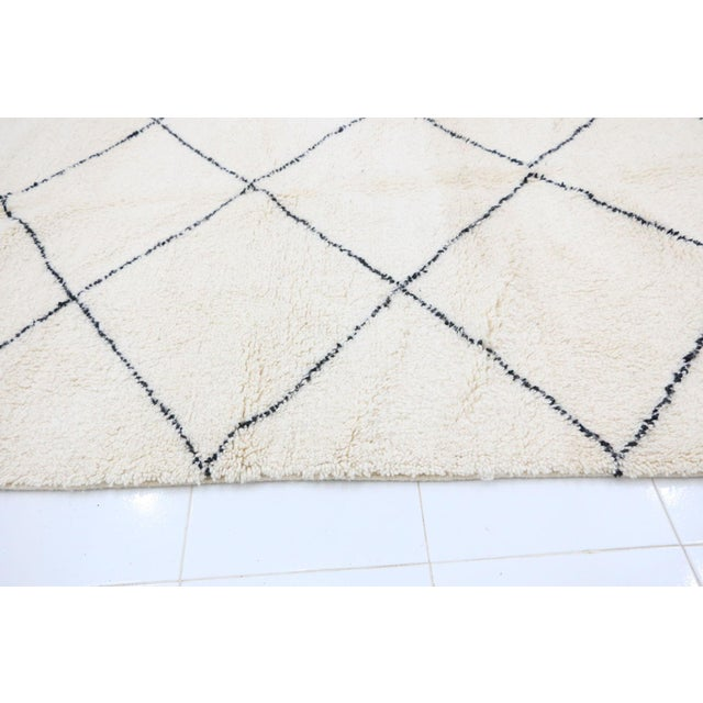 """Contemporary Beni Ourain Vintage Moroccan Rug - 5'8"""" X 8'10"""" For Sale - Image 4 of 6"""
