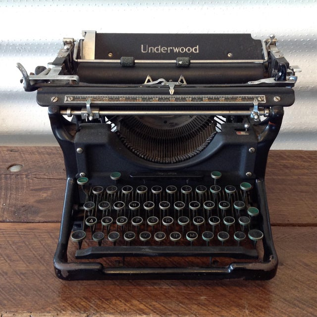 Fantastic desktop typewriter made by Underwood. This Underwood No 6 typewriter is in great shape considering its age....