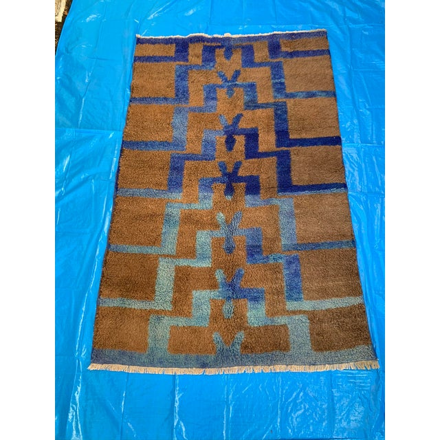 Long Hair Turkish Brown & Blue Geometric Step Pattern Rug- 4′3″ × 6′9″ For Sale - Image 9 of 9