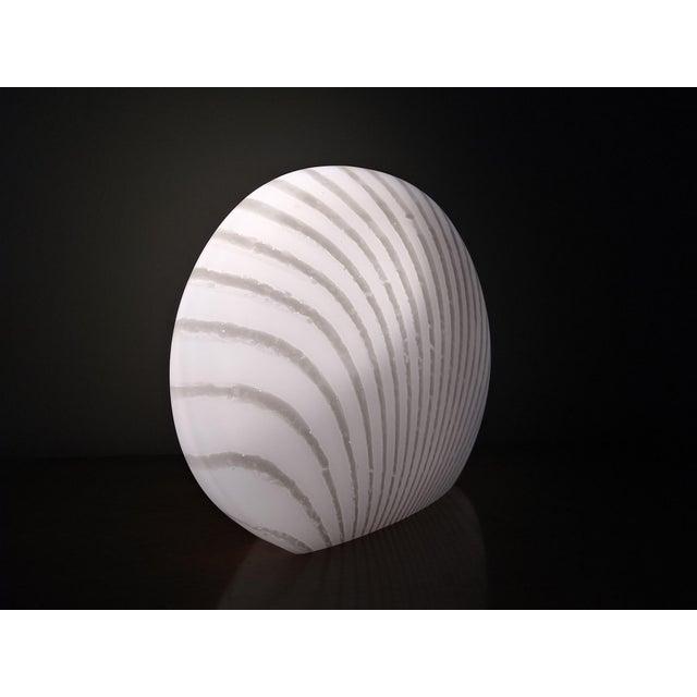 Itri Vetri Murano 1960's Italian Murano Vetri White and Gray Swirl Shell Table Lamp For Sale - Image 4 of 10