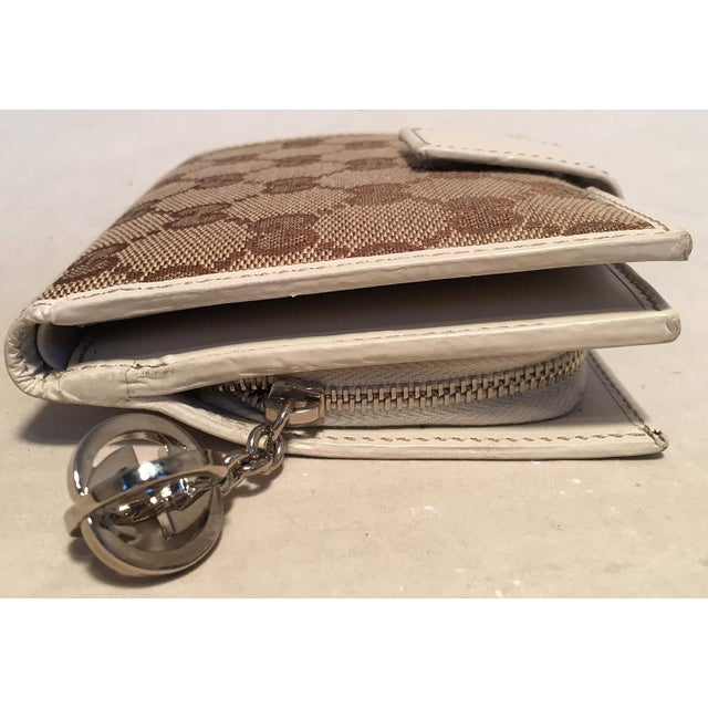 Contemporary Gucci Gg Monogram and Beige Leather Wallet With Zip Pocket and Box For Sale - Image 3 of 11