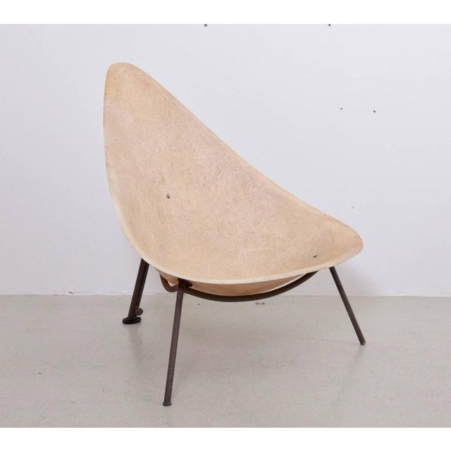 Parchment colored fiberglass shell and steel tripod feet. The shell shows strong fibres and is in wonderful condition. The...