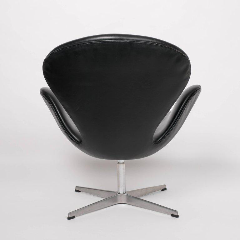 Mid Century Modern Arne Jacobsen Swan Chair In Black Leather For Sale    Image 3