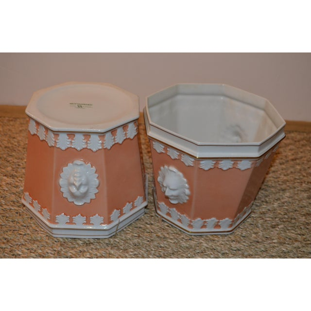 Neoclassical 1980s Vintage Apricot & White Mottahedeh Porcelain Cachpots - a Pair For Sale - Image 3 of 5