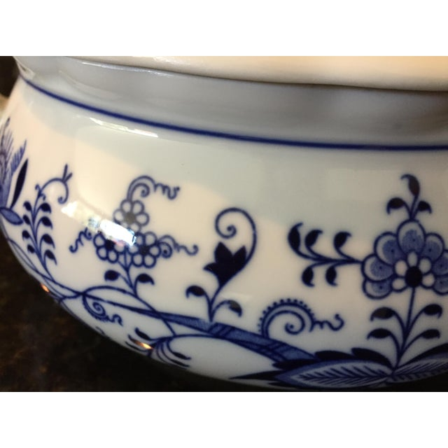1920s Chinoiserie Bohemia D Zwiebelmuster Covered Tureen For Sale - Image 9 of 12