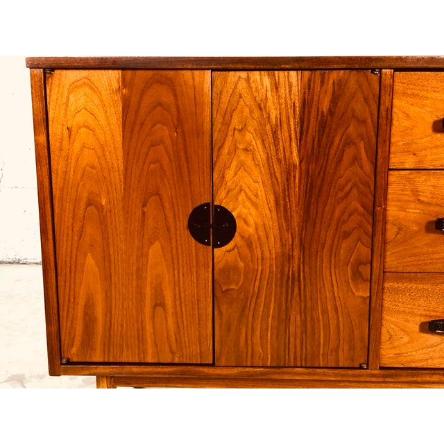 Bassett Furniture 1960s Walnut Wood Credenza by Bassett Furniture Co For Sale - Image 4 of 13