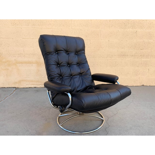 """It's the iconic 1970s Norwegian modern """"Stressless"""" lounge chair by Ekornes. Featuring a swivel base and adjustable seat..."""