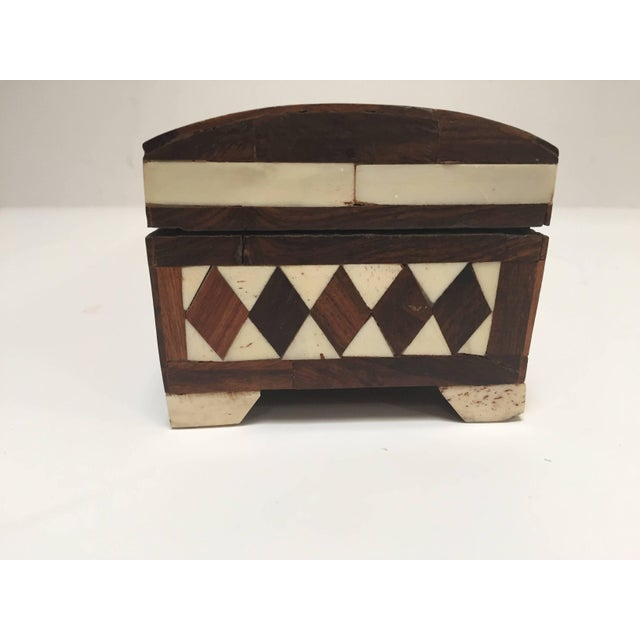 Anglo-Indian Vizagapatam Anglo-Indian Rectangular Box Inlaid With Bone and Sandalwood For Sale - Image 3 of 10