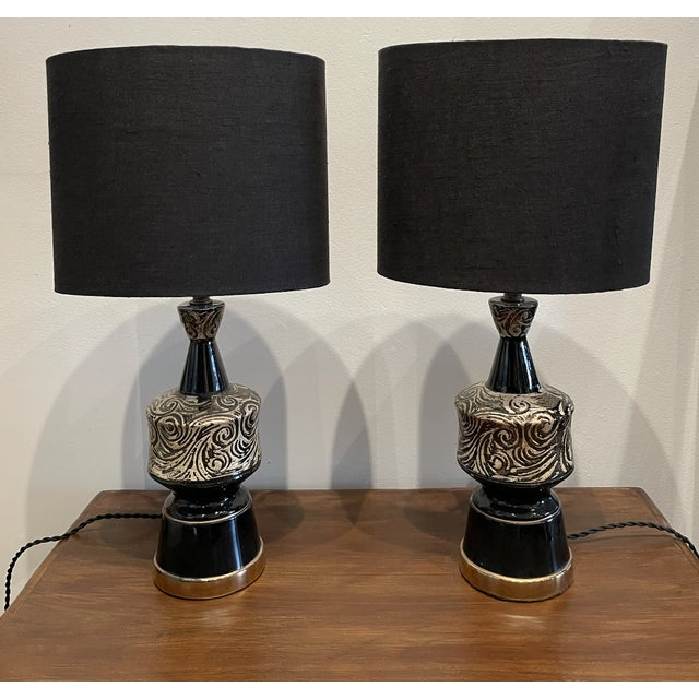 Metal Mid-Century Modern Glossy Black and Silver Ceramic Table Lamp Pair For Sale - Image 7 of 7