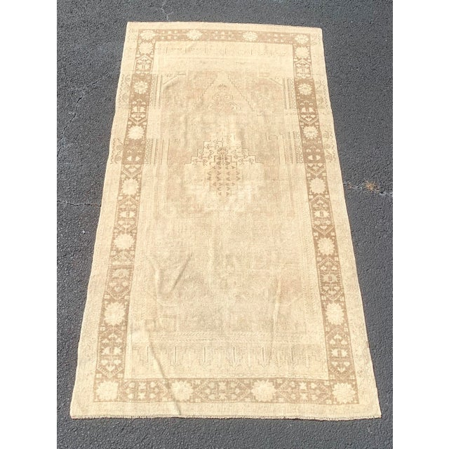 "1950's Vintage Turkish Oushak Beige Wool Rug - 4'9""x9'2"" For Sale - Image 13 of 13"