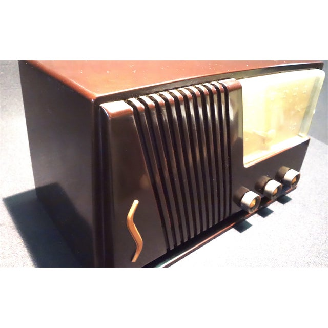 1950s Silver Tone Circa 1950 Vintage Radio Offers a Wonderful Deco Look For Sale - Image 5 of 7