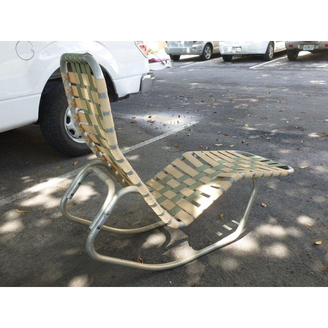 Mid-Century Modern 1950s Vintage Aluminum Webbed Surfboard Pool Rocking Lounge Chair For Sale - Image 3 of 9
