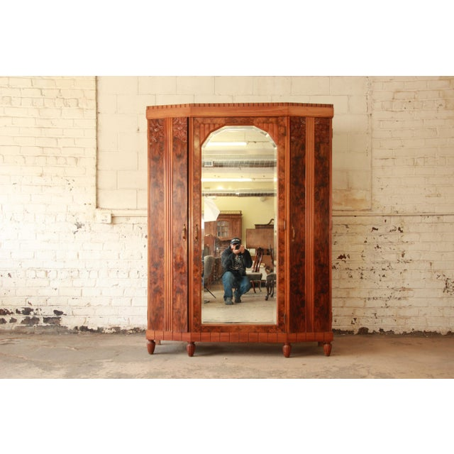 Offering an exceptional 1930s French Art Deco knockdown wardrobe. The wardrobe features stunning burl wood grain, hand-...