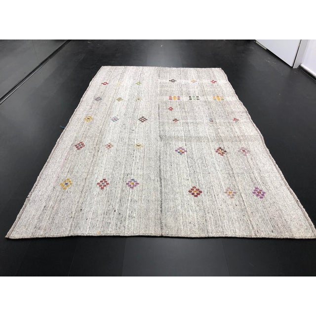 Boho Chic 1960s Vintage Floral Patterned Traditional Turkish Anatolian Aztec Handwoven Kilim Rug- 6′10″ × 11′3″ For Sale - Image 3 of 11