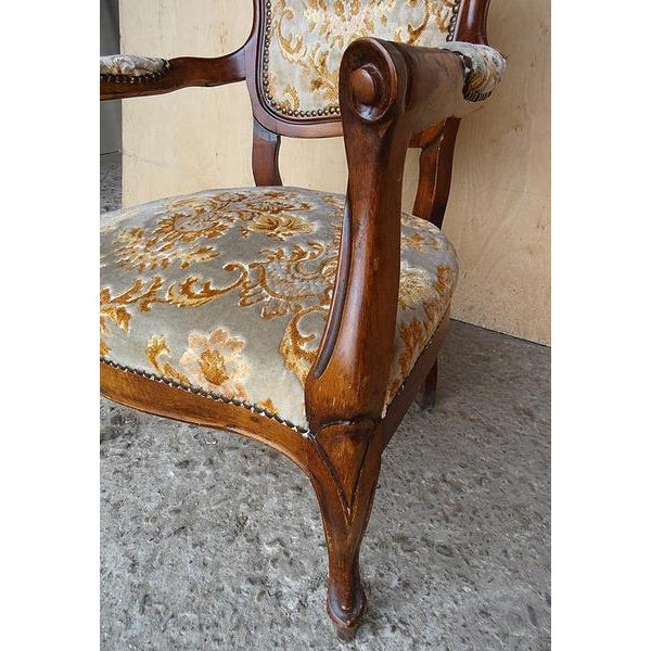 Antique Elegant French Louis XV Style Original Floral Upholstery Walnut  Armchair For Sale In New York - Antique Elegant French Louis XV Style Original Floral Upholstery