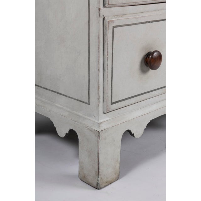 Early 19th Century 19th Century Traditional White Painted Chest of Drawers With Wooden Knobs For Sale - Image 5 of 8