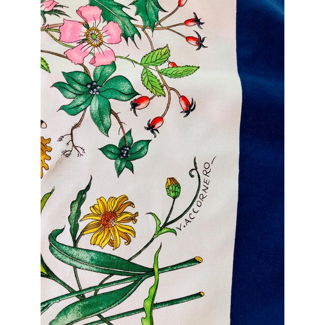 """1970s Gucci """"Flora"""" Scarf With Blue Border For Sale In New York - Image 6 of 13"""