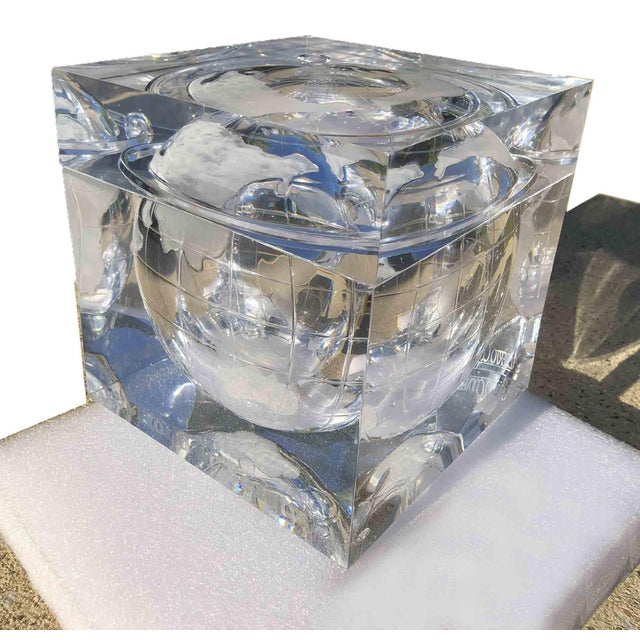 1970s Alessandro Albrizzi Ice Bucket With Incised Globe in Lucite For Sale In Chicago - Image 6 of 12