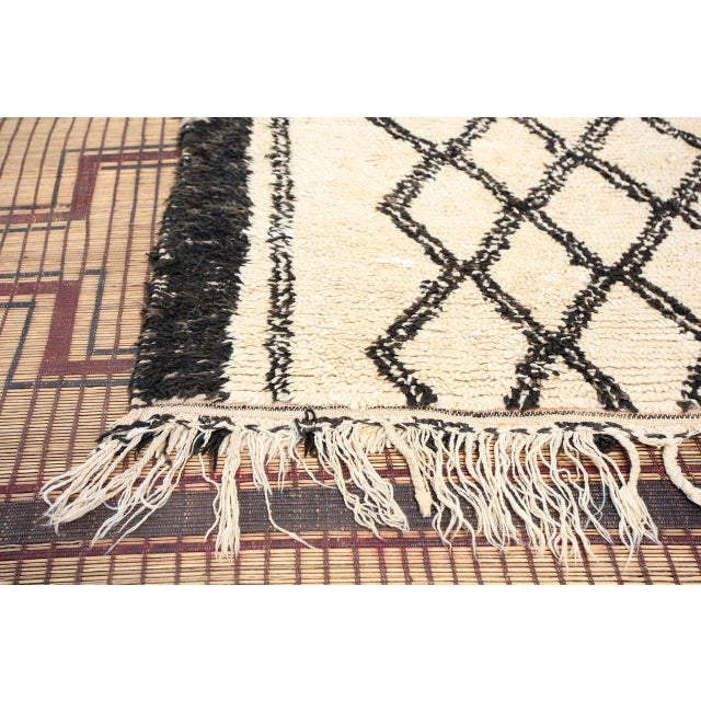 1940s Vintage Moroccan Beni Ouarain White Rug For Sale - Image 5 of 10