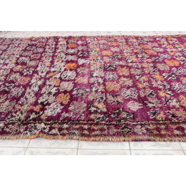 "Boho Chic Vintage Beni M'Guild Moroccan Rug - 4'7"" x 8'3"" For Sale - Image 3 of 4"