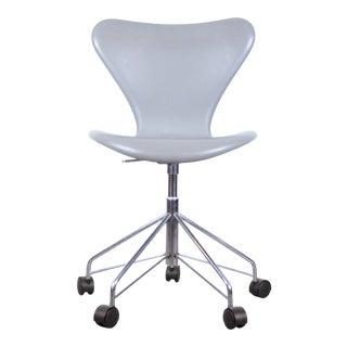 Arne Jacobsen Model 3117 Series 7 Fully Upholstered Desk Chair in Grey Leather For Sale