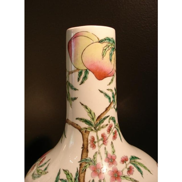 "Early 20th Century A Pair of Famille Rose ""Peaches"" Bottle Vases (Tianquiping) For Sale - Image 5 of 7"