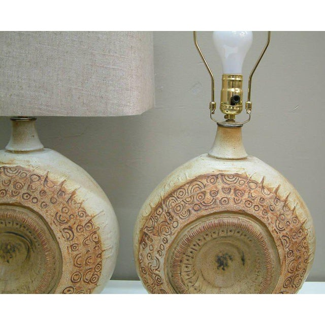 Circa 1970, Bernard Rooke, Brown, Ivory, Tan, Stoneware, Table Lamps - a Pair For Sale In Richmond - Image 6 of 11