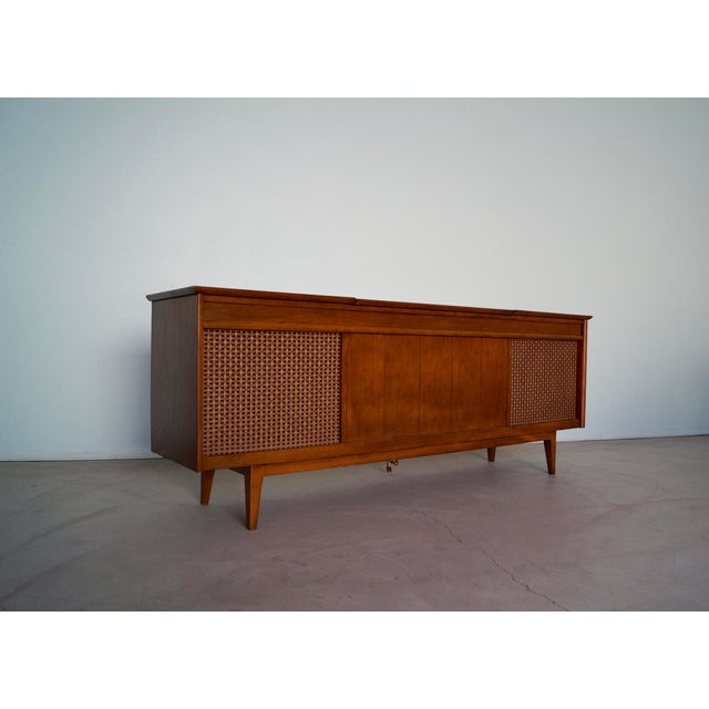 1960s Danish Modern Silvertone Walnut Record Console For Sale In Los Angeles - Image 6 of 13