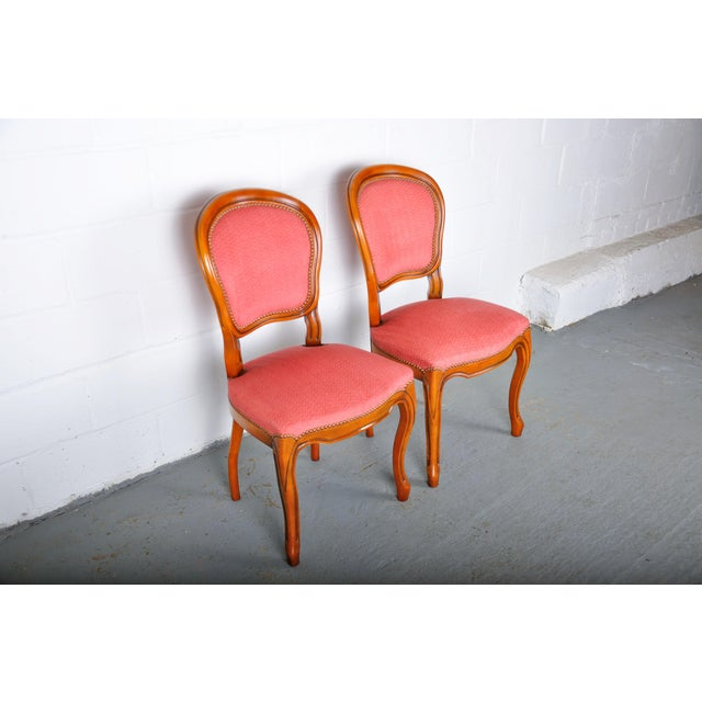 French 1950s Pair of Vintage French Louis XV Maple Dining Chairs W/ Off-Red Herringbone Wool Upholstery For Sale - Image 3 of 13