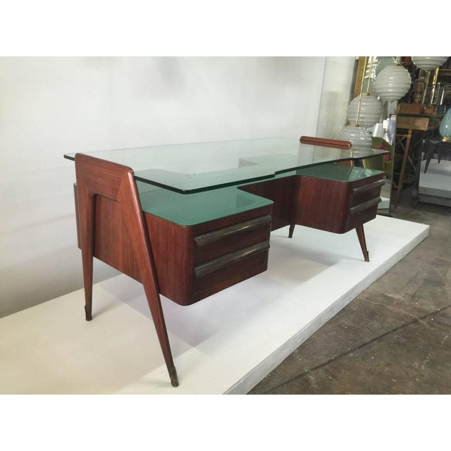 Exceptional original piece, green glass lower level and thick shaped top glass in perfect vintage condition by Paolo...