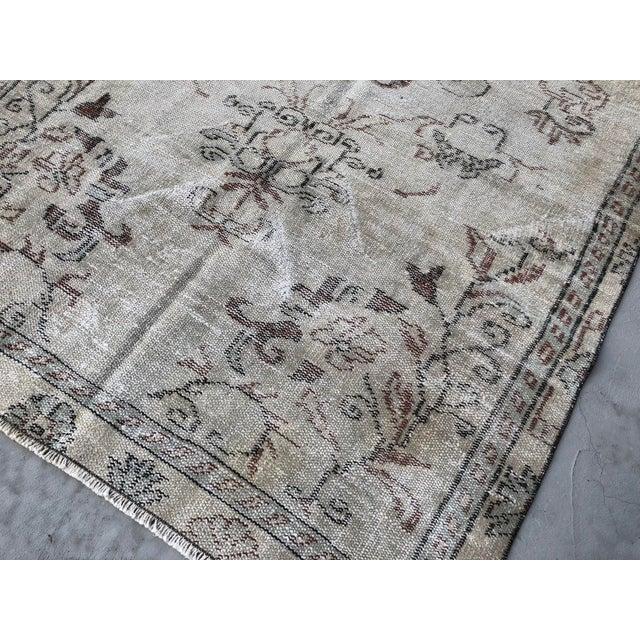 Tan 1960s Vintage Turkish Handmade Carpet - 4′7″ × 8′4″ For Sale - Image 8 of 11