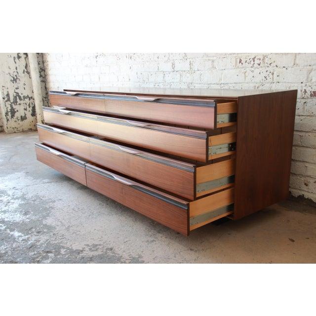 John Kapel for Glenn of California Mid-Century Modern Eight-Drawer Walnut Dresser For Sale - Image 5 of 13