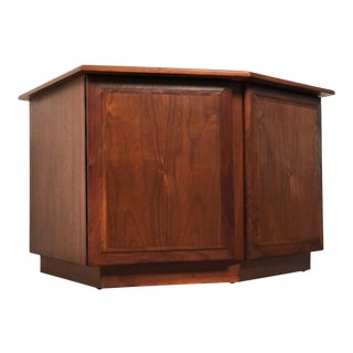 Mid-Century Modern Walnut End Table Cabinet / Nightstand For Sale